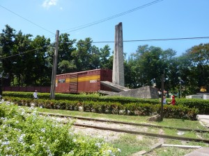 Monumento no local onde os guerrilheiros comandados por Guevara destruíram o comboio blindado das tropas do governo.