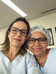 Dra. Márcia e uma paciente que superou o câncer de mama.