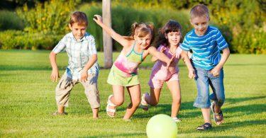 criancas-brincando-de-bola