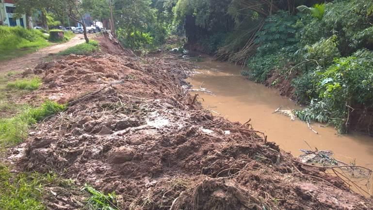 Ribeirão da Ressaca com lama nas margens após obras para limpeza e desassoreamento