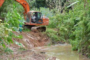 Ribeirão da Ressaca com trator em obra para limpeza e desassoreamento