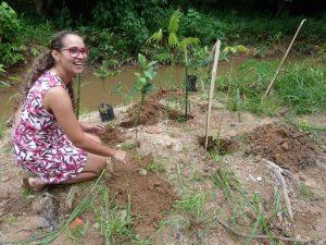 thumbnail_vereadora Rosângela Santos em plantio de muda