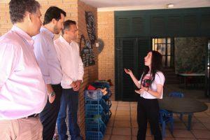 Jady, explicando o funcionamento da Escola Âncora para Almir (vice prefeito) Raphael Camargo (secretario de Inovação e Tecnologia e eu. (representando a Secretaria de Governo)